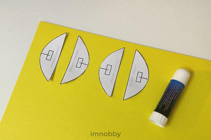 把「弧形底托」貼於硬卡紙上