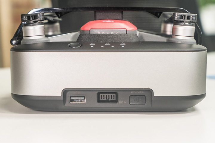 充電盒設有一個 USB 接口,可以為遙控器、智能手機、平板電腦等設備充電