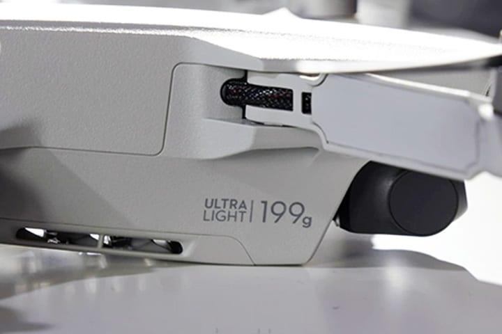 DJI Mavic Mini 日本版,機身寫著 Ultra Light 199g